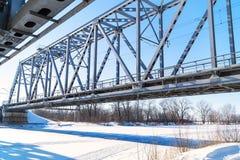 在冻河的铁路桥 库存图片
