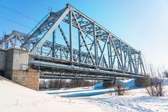 在冻河的铁路桥 库存照片