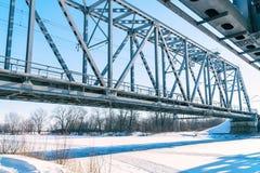 在冻河的铁路桥 免版税库存图片