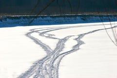 在冻河的雪上电车轨道 库存图片