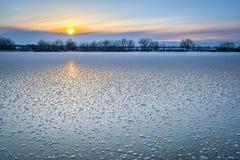 在冻湖的冬天日落在科罗拉多 免版税库存图片