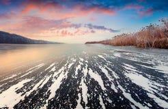 在冻湖的美丽如画的冬天日落 库存图片