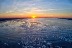 在冻特拉华河的空中日落 免版税库存图片