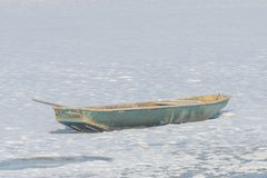 在冻结湖的小船 图库摄影