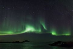 在冻结湖Myvatn的北极光在冰岛 免版税库存图片