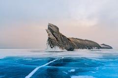 在冻结的水贝加尔湖俄罗斯冬天季节n的Ogoy岩石 库存图片