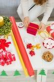 在准备圣诞节礼品的女性现有量的特写镜头 库存照片