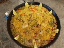 在准备好一个圆的盘的肉菜饭被吃 在开胃菜空白食物肉菜饭空间西班牙塔帕纤维布传统valenciana之上 库存照片