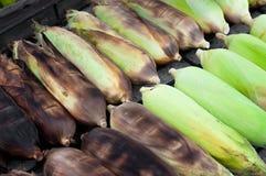 在准备好的壳的未加工的玉米被烹调 选择聚焦 免版税库存照片