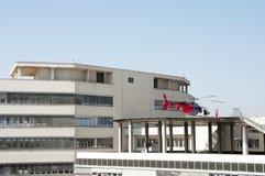 在准备好的屋顶的直升机离开 库存图片