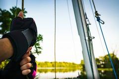 在准备好的手套去在湖小船 图库摄影