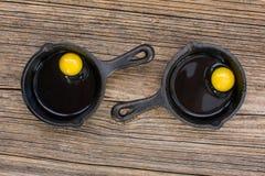 在准备好的煎锅的未加工的鸡蛋烹调 免版税库存照片