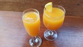 在准备好的玻璃的新鲜的橙汁过去喝 免版税库存图片