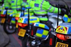在准备好的队列的英国警察摩托车去 免版税库存照片