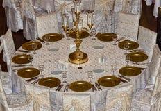 在准备好过程中的一张婚礼客人桌ev 免版税图库摄影