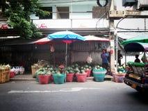 在准备好yhe的busket里面的西瓜被卖 库存照片
