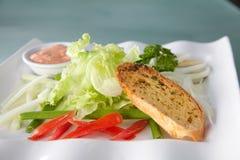 在准备服务的板材的沙拉面包 免版税库存图片