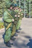 在准备的现代俄国战士军团与攻击步枪卡拉什尼科夫 库存图片