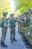 在准备的现代俄国战士军团与攻击步枪卡拉什尼科夫 免版税库存照片