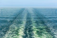 在减少的透视的船苏醒 免版税图库摄影