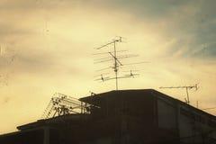 在减速火箭天空背景金银铜合金黑暗的老都市图片葡萄酒的艺术的亚洲乡间别墅或家庭乡下剪影黑暗 免版税库存图片