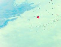 在减速火箭的天空的很多气球 图库摄影