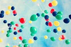 在减速火箭的天空的很多气球 免版税库存图片