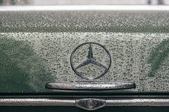在减速火箭的奔驰车汽车象征商标的特写镜头  库存图片