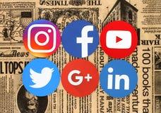在减速火箭的报纸的普遍的圆的社会媒介象 免版税库存照片