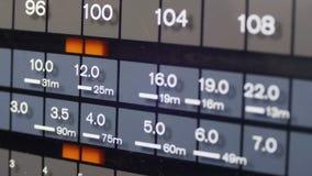 在减速火箭的接收器的等级的调整的模式无线电拨号盘频率 股票录像