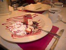 在减速火箭的样式吃饭的客人的乳酪蛋糕在纽瓦克新泽西 免版税库存图片