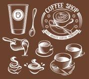 在减速火箭的样式商标的被隔绝的棕色颜色杯子设置了,咖啡店传染媒介例证的略写法汇集 免版税库存图片