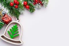 在减速火箭的样式的圣诞节和新年装饰装饰玩具圣诞树 库存照片