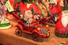 在减速火箭的样式的圣诞节和新年装饰装饰玩具 免版税库存照片