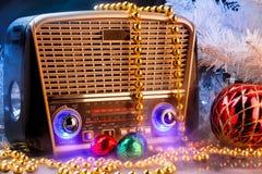 在减速火箭的样式的无线电接收机与在黑背景的圣诞节装饰 库存图片