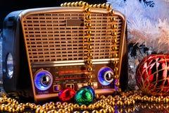 在减速火箭的样式的无线电接收机与在黑背景的圣诞节装饰 免版税图库摄影