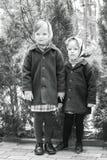 在减速火箭的样式的照片 逗人喜爱的小女孩(姐妹3和4年) 库存图片