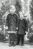 在减速火箭的样式的照片 逗人喜爱的小女孩(姐妹3和4年) 免版税库存图片