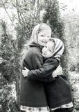 在减速火箭的样式的照片 逗人喜爱的小女孩(姐妹3和4年) 库存照片