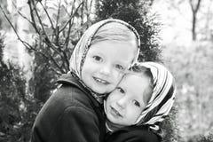 在减速火箭的样式的照片 逗人喜爱的小女孩(姐妹3和4年) 图库摄影