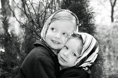 在减速火箭的样式的照片 逗人喜爱的小女孩(姐妹3和4年) 免版税图库摄影