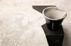 在减速火箭的样式的艺术品,空的咖啡和政治地图  库存照片