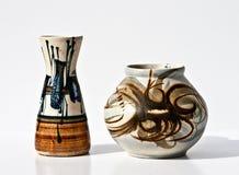 在减速火箭的样式的葡萄酒陶瓷对在白色 免版税图库摄影
