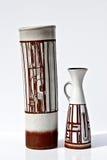 在减速火箭的样式的葡萄酒陶瓷对在白色 库存图片