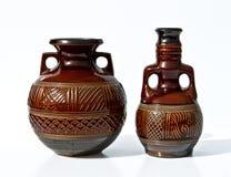 在减速火箭的样式的葡萄酒陶瓷对在白色 免版税库存图片