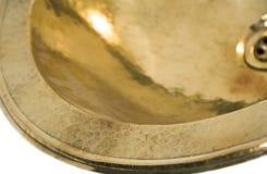 在减速火箭的样式的被隔绝的黄铜水槽 家的古色古香的水槽白色背景的 库存图片