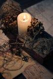 在减速火箭的样式的静物画与一封灼烧的蜡烛、老钥匙和信件 库存照片