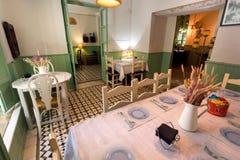 在减速火箭的样式餐馆里面的房间有滑稽的装饰、葡萄酒细节和服务的访客的 免版税库存图片