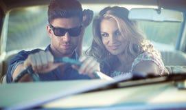 在减速火箭的汽车里面的浪漫场面 免版税图库摄影