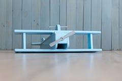 在减速火箭的葡萄酒褐色背景的木减速火箭的飞机模型 免版税库存图片